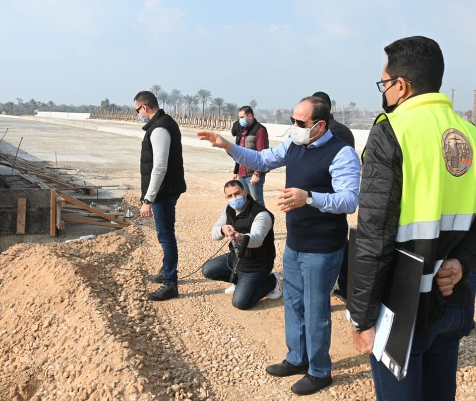بالصور.. الرئيس السيسي يتفقد الطريق الدائري الأوسطي وعددا من المحاور الجديدة