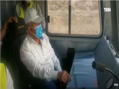 وزير النقل يستقل جرار اختبارات أعمال السكة لمشروع قطار LRT