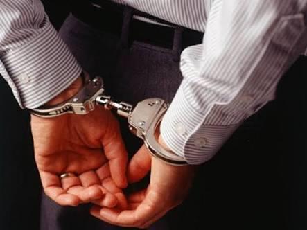 ضابط شرطة مفصول يتزعم عصابة لسرقة السيارات وبيعها بأوراق مزورة